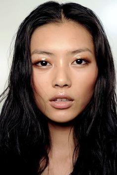 Liu Wen backstage at Bottega Veneta S/S 2011 - glossy lids & skin Glossy Lids, Glossy Makeup, Makeup Trends, Beauty Trends, Beauty Hacks, Beauty Makeup, Eye Makeup, Hair Beauty, Asian Makeup
