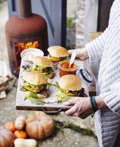 pompoenburger met avocadocrème en aiolie Aioli, Go For It, Salmon Burgers, Finger Foods, Sandwiches, Tacos, Toast, Vegetarian, Chicken