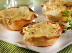 1 pacote(s) de massa para pastel  - 1 colher(es) (sopa) de manteiga  - 1 unidade(s) de lingüiça calabresa defumada  - Sadia  - em cubos pequenos  - 1 caixinha(s) de massa pronta para fondue de queijo  - 1 unidade(s) de tomate sem semente(s)  - 2 colher(es) (sopa) de cheiro-verde picado(s)  - 1/2 xícara(s) (chá) de queijo ralado  - quanto baste de sal  - quanto baste de pimenta-do-reino preta  - quanto baste de noz-moscada