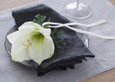 Amaryllis er også lekkert som kuvertpynt. En amaryllisklokke sammen med en grønn kvist og silkebånd, er alt som skal til. Tableware, Dinnerware, Tablewares, Dishes, Place Settings