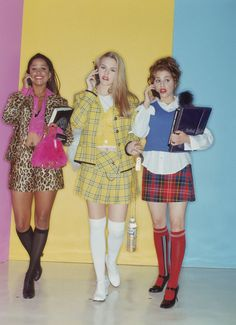 CLUELESS Cher Horowitz and her friends are the epitome of cool girl style, so it seems obvious that their go-to school attire would include printed mini skirts. In this photo, each friend puts their own colorful spin on the look. Clueless 1995, Clueless Fashion, 2000s Fashion, Fashion Models, Fashion Outfits, Cher Clueless Costume, Stacey Dash Clueless, Dionne Clueless Outfits, 90s Style