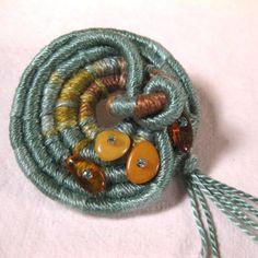 Ámbar verdadero broche de fibra verde azulado por BirchBayKay, $22.00