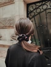 Chouchou noir à fleurs - Andréa – Scrunchie is back Scrunchies, Flowers, Black People