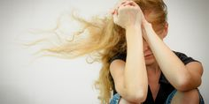 Gli ansiosi, presi come sono dai loro problemi, sono sordi e ciechi alle emozioni degli altri. In poche parole non riescono ad essere empatici, e assumere la prospettiva di chi gli sta intorno. Second