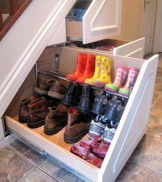 Schubladen für Stiefel und Schuhe unter der Treppe...