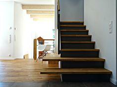 Die Wangentreppe WAT 3600 ist eine elegante und schlichte Verbindung in dem Haus nach nordischem Vorbild in der Nähe von Hamburg.