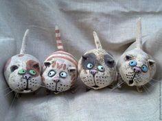 A row of kitties. Pottery Animals, Ceramic Animals, Pottery Sculpture, Sculpture Clay, Ceramic Pottery, Ceramic Art, Clay Cats, Kids Clay, Sculptures Céramiques