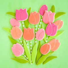 Tulip cookies are so simple yet stunning! Learn how to make a whole field of tulips with a few simple cutters. Flower Sugar Cookies, Easter Cookies, Easter Treats, Royal Icing Flowers, Sugar Cookie Royal Icing, Cookie Pops, Cupcakes, Cut Out Cookies, Craft Sale