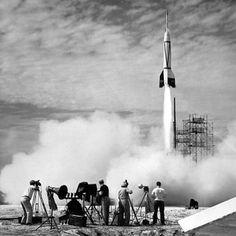 Kto wybudował pierwszą rakietę zdolną dosięgnąć kosmosu? Niemcy.  Pierwszą rakietą zdolną do lotu w kosmos była niemiecka V2, zaprojektowana przez Wernera von Brauna. Głównym celem prac był ostrzał Wielkiej Brytanii, choć istniały także plany ataku na Nowy Jork przy użyciu wyrzutni zamontowanych na łodziach podwodnych.