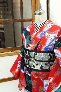 綺麗な赤と黒のよろけ縞で大胆に色分けされた地に、ひらりと舞う蝶々模様が幻想的に重ねられたモダン浴衣です。 #kimono
