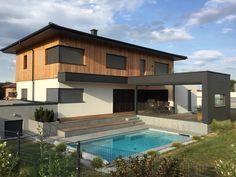Einfamilienhaus mit großzügigem Terrassenbereich und Holzfassade