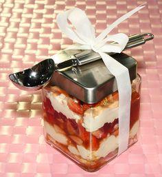TIRAMISÚ DE FRESAS PARA REGALAR Nada mejor que un dulce regalo hecho por ti mismo.