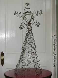 """Oh Christmas Tree"".it's a Rusty Junk, Charlie Brown Christmas… Fun with Old Bed Springs! Alternative Christmas Tree, Mini Christmas Tree, White Christmas, Merry Christmas, Christmas Swags, Xmas Trees, Burlap Christmas, Christmas Candles, Homemade Christmas"