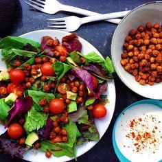 Jeg kom igennem 122 km på cyklen i dag men glemte at fortælle at der er salat med spicy kikærter og yoghurtdressing på bloggen. Kikærterne er vendt i paprika og spidskommen og kan gøre mange hverdagssalater meget mere spændende  Find opskriften på bloggen  www.kitchenbyeve.com // Spicy chickpea salat with avocado and garlic dressing…