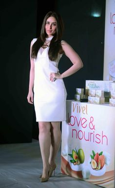 Kareena Kapoor Khan attended the unveiling of Vivel's exquisitely crafted bathing range 'Love & Nourish' at the ITC Sheraton Hotel in New Delhi o. Bollywood Actress Hot, Bollywood Girls, Bollywood Fashion, Kareena Kapoor Bikini, Kareena Kapoor Pics, Indian Celebrities, Beautiful Celebrities, Karena Kapoor, Celebrity Portraits