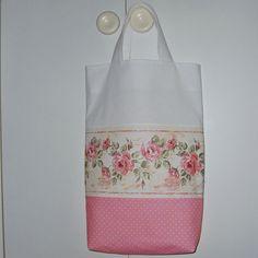 Taška+s+růžemi+Bavlněná+nákupní+taška+s+nažehlenými+růžemi.+Uši+důkladně+vyztuženy+a+několikanásobně+prošity.+Pro+delší+životnost+výrobku+doporučuji+prát+v+ruce+či+v+aut.+pračce+na+jemné+praní+max.+30°C.+Rozměr+(v+cm):+výška+42,+šířka+32,+hloubka+(dno)+8+Zboží+jse+označeno+originální+visačkou+(viz.+foto+v+profilu)+Ostatní+dekorace+je+neprodejná+a...