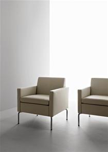 Fauteuil Socrate   Petit fauteuil, aux lignes classiques, sur pieds en acier chromé. Le dossier et l'assise sont rembourrés et recouverts de tissus.