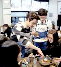 Kyungsoo serving the fans :3 Awwwwwwwww sooo cute!!!! // COOK FOR MEEEeeeee omg i would die if he served me tbh