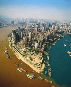 Confluenza del fiume Jialing e Yangtze a Chongqing, Cina