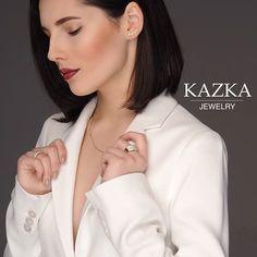 Творчество женщины начинается тогда, когда она сможет полюбить себя. Красивый наряд, макияж, ювелирные украшения - все это возможность посмотреть на себя с другой стороны, открыть в себе что то новое, понравится себе в отражении🚺.  Представьте какой прекрасный станет мир, когда каждая женщина полюбит свое отражение в зеркале💜 http://kazka.ua/