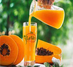 Papaya Aromatische fleischige Frucht, reich an Ballaststoffen, Beta-Carotin, Kalium und Vitamin A, B3 und C. Enthält Papain, ein Enzym, das bei der Verdauung hilft. Papaya bekämpft Verstopfung, ist heilend und entzündungshemmend.   #vegan #papaya #juice #zurich #swiss #madeinecuador #berna #geneve #basel Vitamin A, Papaya Juice, Mango, Wooden Background, Womens Glasses, Hurricane Glass, Planter Pots, Diet, Stock Photos