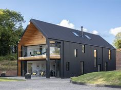 Grand Designs TV house from the 2018 series in Leominster, Herefordshire with cl. - Grand Designs TV house from the 2018 series in Leominster, Herefordshire with cladding black corrug - Modern Barn House, Barn House Plans, Modern House Design, Barn House Design, Country House Design, Barn Plans, House Cladding, Facade House, Exterior Cladding