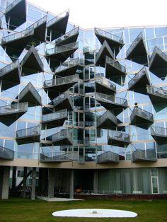 En Copenhague, Dinamarca, se realizó el proyecto de la VM House de Bjarke Ingels Group Big. ¿¡Impresionante no?! Este edificio contiene mas de 80 tipos distintos de departmentos, todos abiertos a la vida contemporánea en una arquitectura con cristal al frente y balcones.