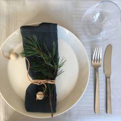 Boligredaktørens 10 nemme ideer til dit julebord   Femina Christmas Countdown, Christmas 2019, Xmas, Scandinavian Christmas Decorations, Wrapping Ideas, Scandinavian Style, Hygge, Tablescapes, Napkins