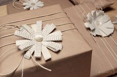 Die Raumfee: Geschenkverpackung mit Blumen aus alten Büchern und Perlmuttknöpfen