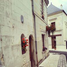 Balade dans un village #angevin par @bleu_vins #bleuvins #wineholidays #village #Brissac #château #castle #loirevalley #myloirevalley #Anjou #frenchheritage