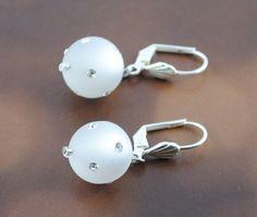 Brautschmuck - Ohrringe mit funkelnden Polaris Perlen in weiß - ein Designerstück von mias-dekostube bei DaWanda