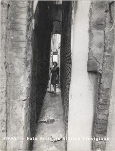Venezia, donna in una calle 1960 ca.