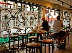 CAFÉS ADICTOS A LA BICICLETA. De la pasión entre el buen café y las dos ruedas nacen los Cycle Cafe, locales que apuestan por la bicicleta como un nuevo estilo de vida. Entramos pedaleando en alguno de ellos. haz clic en la imagen.