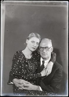Man Ray: Theodore Miller with his daughter Lee Miller, 1931 © Man Ray Trust / Adagp, Paris Source : Musée national d'art moderne / Centre de création industrielle Centre Pompidou