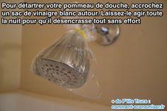 Pour détartrer votre pommeau de douche, accrochez un sac de vinaigre blanc autour.