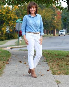 Welcome to my 31 Days of Fall Fashion! Today I'm showing you how to wear white jeans after Labor Day.