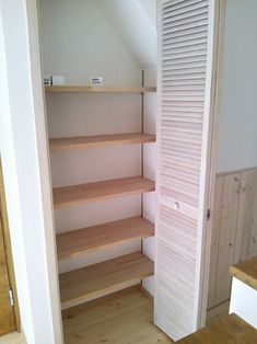 ちいさななちゅらるほーむ WEB内覧会 LDKの可動収納棚と階段下収納があります