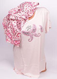 Свежа дамска пижама от изработена от памук. Къси ръкави, обло деколте с апликация това е горната част в бледорозов цвят. Панталонът е с цветни орнаменти,  дължина под коляното, с ластик и коригираща връзка на талията.