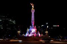 Le monument de l'ange de l'indépendance à Mexico en bleu blanc rouge (attentats du 13 novembre 2015 à Paris)