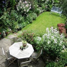 Design ideas for tiny gardens - how to make the most of your plot with landscaping, small trees, clever planting and lovely places to sit and dine on the patio. small tropical garden Small but perfectly formed: Design ideas for tiny gardens Garden Design London, Cottage Garden Design, London Garden, Modern Garden Design, Contemporary Garden, Cottage Garden Patio, Modern Design, Small Courtyard Gardens, Small Backyard Gardens