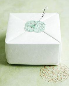 Um kleine Geschenke zu verpacken, ist eine Origami-Schachtel die Geschenkverpackung der Wahl. Wie Sie eine Origami-Schachtel falten, zeigen wir hier. Zur Anleitung: Origami-Schachtel falten