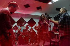 ARTIFICIAL LUNGS пуска текстово видео   ARTIFICIAL LUNGS са съвсем млада банда създадена тази година в Пловдив състояща се от бивши и настоящи членове на Hypnotik Ink. Групата още в самото начало се фокусира върху авторския материал и ето че крайният резултат не закъснява. Това е първи сингъл от предстоящия им дебютен албум който вече е записан и ще излезе в близките месеци. Работата по него е осъществена в Пловдивското студио Алкатраз със Стойо Попов.  Групата е в състав :  Андон Райчев…