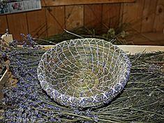 Ein Korb aus 100% Lavendel 25 € Willow Weaving, Pine Needles, Baskets, Rugs, Nature, Diy, Crafts, Decor, Basket Weaving