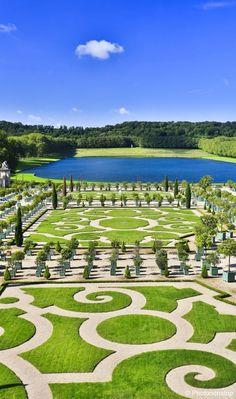 Jardins de Versailles#En 1661, le roi Louis XIV demande à son paysagiste et jardinier officiel André Le Nôtre de réaliser la création et l'aménagement des jardins. Tout aussi important que la construction du château, les travaux ont duré une quarantaine d'année. C'est un travail gigantesque. Des milliers d'hommes participent à cette vaste entreprise afin de concevoir les fameux jardins à la française.#https://lc.cx/4zco#Voyage Sncf#24,4,7
