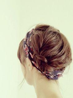 髪が短い場合のアップスタイルでも、毛先をヘアバンドの中に隠してしまえば乱れずにまとまります!