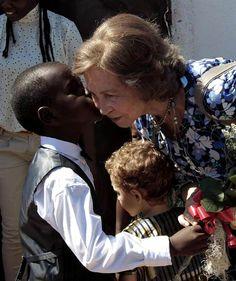 La reina Sofía lleva toneladas de esperanza a Mozambique #realeza #casareal #queen