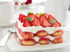 Tiramisu ist für Liebhaber - Erdbeer-Tiramisu ist für Liebhaber mit Frucht-Leidenschaft. Schlemmen Sie sich durch alle Schichten dieser Köstlichkeit und genießen Sie! http://www.fuersie.de/kochen/rezeptideen/artikel/rezept-erdbeer-tiramisu
