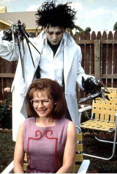 """""""Edward mãos de tesoura"""". Direção de Tim Burton. Com atuação de Johnny Depp e Winona Ryder."""