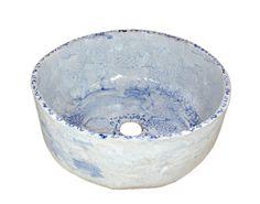 Błękitna umywalka ze spękaniami