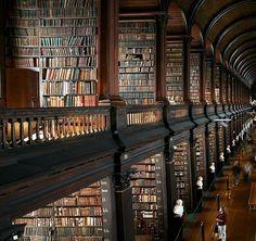 La biblioteca del Trinity College, aperta dal 1592 a Dublino in Irlanda